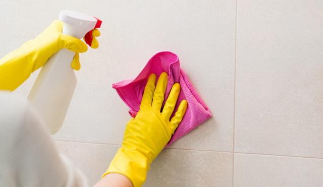 bersihkan lantai kamar mandi setiap hari agar tidak ditumbuhi jamur