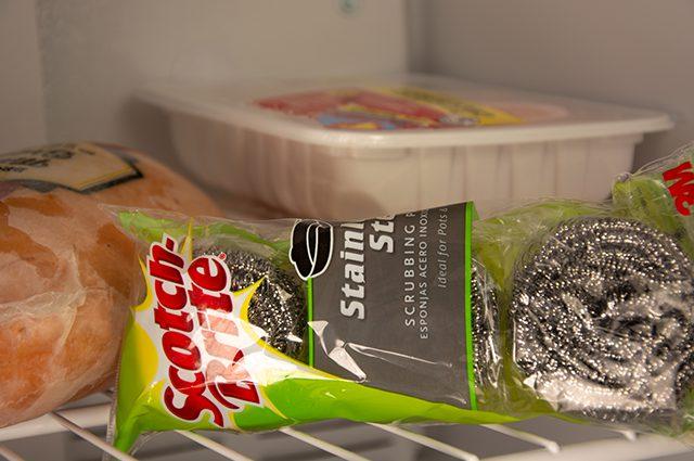 kegunaan freezer untuk cegah spons kawat cuci piring berkarat