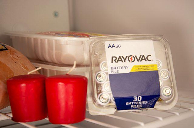 kegunaan freezer untuk menyimpan baterai dan lilin agar lebih awet