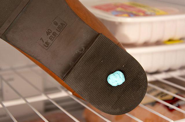 membersihkan permen karet yang menempel pada sepatu atau pakaian
