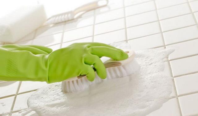 rajin menyikat lantai untuk mengatasi lantai kamar mandi licin