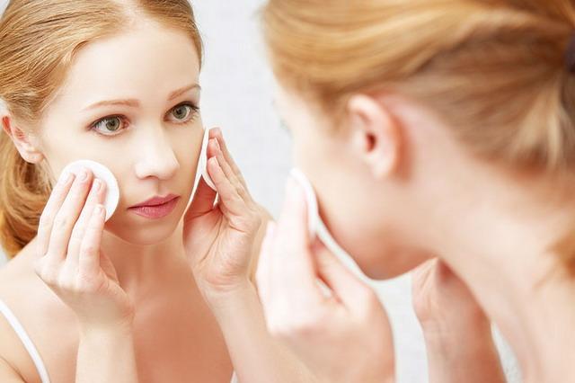 bisa membersihkan sisa make up atau riasan dari wajah