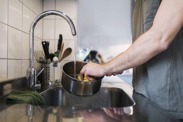 ampas kopi untuk membersihkan makanan yang lengket pada panci