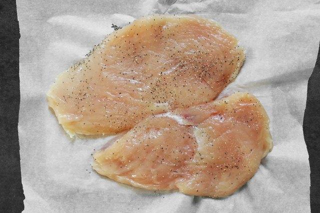 beri garam dan merica pada setiap sisi dada ayam